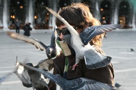 Yo siendo devorada por las palomas de Piazza San Marcos