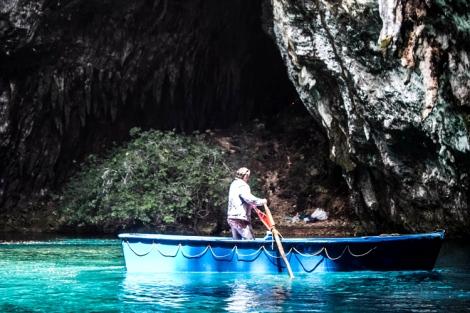 La barquita en la que harás la ruta por el interior de la cueva