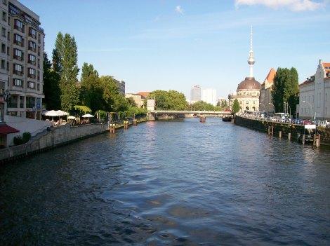Cruzando el río y Alexander Platz al fondo