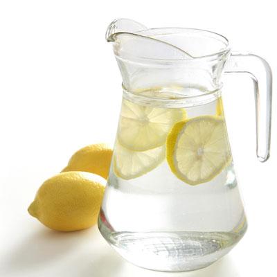 Lo normal en Polonia es servirte el agua como en la foto, con unas rodajas de limón