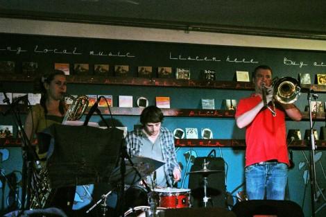 Concierto de grupo folk en The Canteen un domingo por la tarde