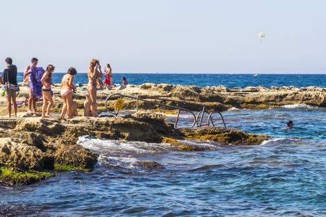 Playa de Sliema. Es de roca pero no exenta de buenrollismo