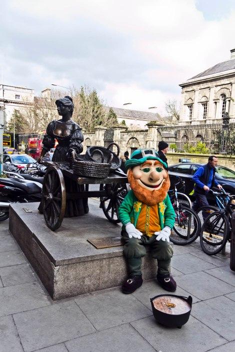 La escultura de Mae West y un simpático duendecillo irlandés