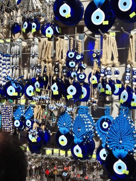 Cientos de ojos turcos dispuestos a esquivar el mal de ojo a los futuros poseedores de este souvenir